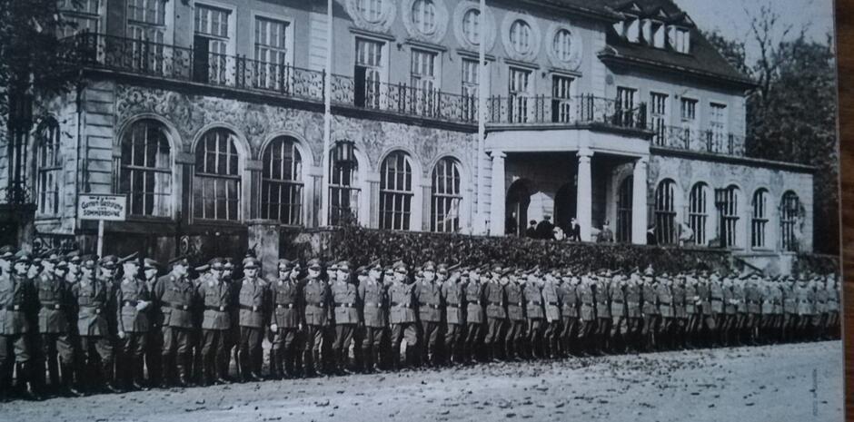 Uroczystość wojskowa przed budynkiem Strzelnicy, lata wojenne