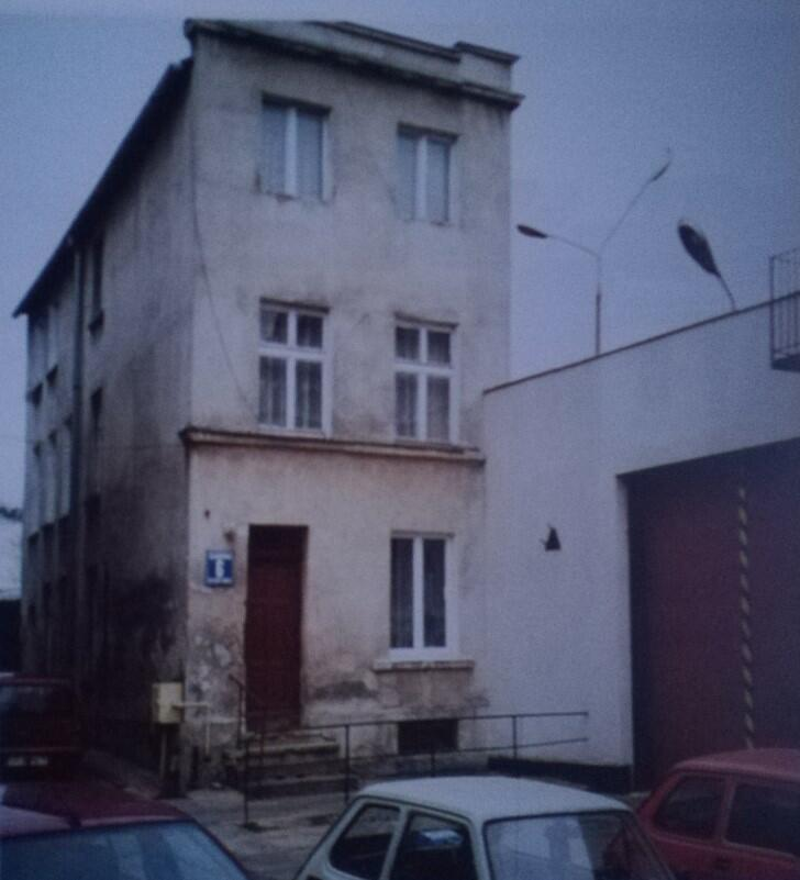 Była strażnica Korpusu Bezpieczeństwa Wewnętrznego, a obok brama więzienia zamykająca ulicę Kurkową od strony ulicy Strzeleckiej; 2003