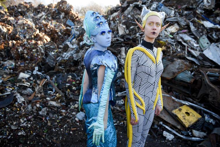 Główną bohaterką jest Pia (w tej roli Zofia Bartoś) - kapitanka promu kosmicznego. Razem z dorastającą córką (znakomita Marta Franciszkiewicz), starzejącą się mamą i niestabilnym emocjonalnie androidem starają się zarobić na życie, organizując wycieczki po galaktyce