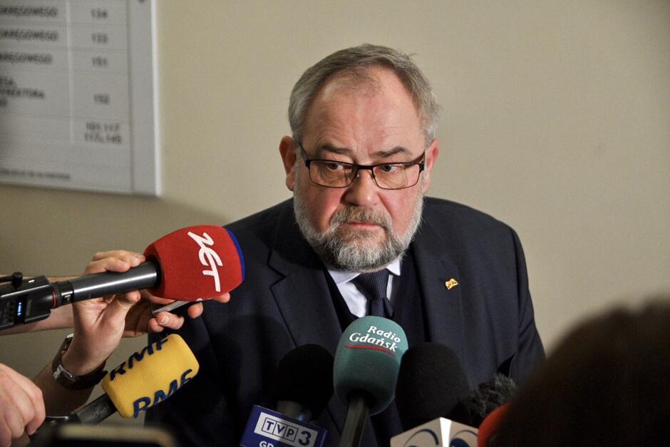 Poseł Piotr Adamowicz, brat zamordowanego prezydenta Gdańska, rozmawiał z dziennikarzami w korytarzu sądu. Jego zdaniem, to orzeczenie jest bardzo ważne, bowiem stawia tamę nienawiści w życiu publicznym - gdyby sąd tego nie zrobił, 'akty zgonu' polityków stałyby się polską codziennością