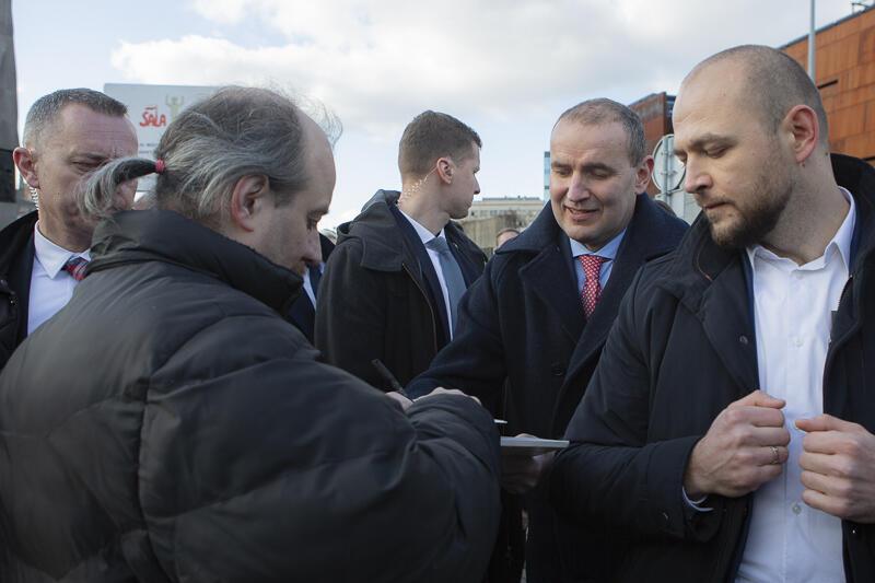 'Panie prezydencie, poprosimy o autograf!'. Prezydent Islandii spełnił prośbę dwóch gdańszczan, którzy specjalnie przyjechali pod Pomnik Poległych Stoczniowców, by zobaczyć prezydencką parę