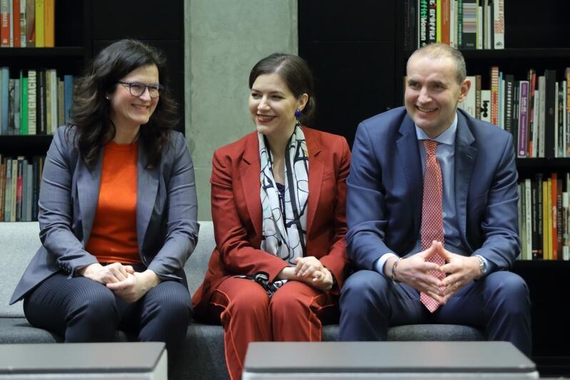 Prezydent Gdańska Aleksandra Dulkiewicz z prezydentem Islandii Guðnim Th. Jóhannessonem i jego małżonką Elizą Jean Reid, która jest z pochodzenia Kanadyjką. Zdjęcie z wizyty w bibliotece Europejskiego Centrum Solidarności
