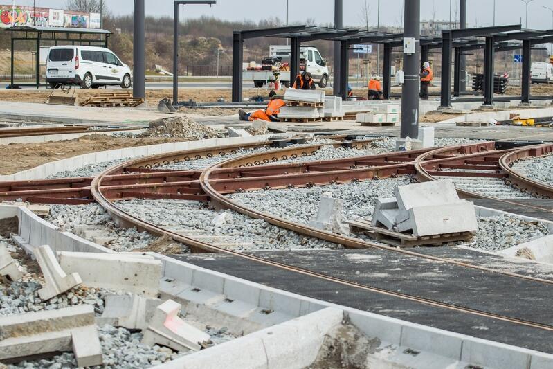 Przy budowie pętli tramwajowej przy skrzyżowaniu z ul. Warszawską prowadzone są prace drogowe związane m.in. z wykonaniem nawierzchni jezdni, chodników oraz budową sieci trakcyjnej