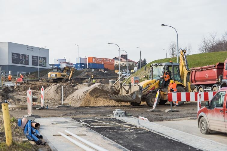 Prace na ul. Kartuskiej związane są z przebudową skrzyżowania. W pierwszym etapie przebudowy, z uwagi na problem ze stabilnością gruntów, wykonane zostanie wzmocnienie terenu
