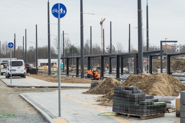 Zakończenie całej inwestycji planowane jest na koniec maja br. i do tego czasu prace prowadzone będą na poszczególnych odcinkach al. Pawła Adamowicza