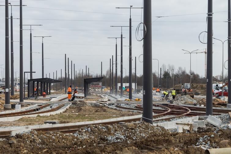 Na całym odcinku al. Pawła Adamowicza zamontowana zostanie w najbliższych tygodniach sieć trakcyjna