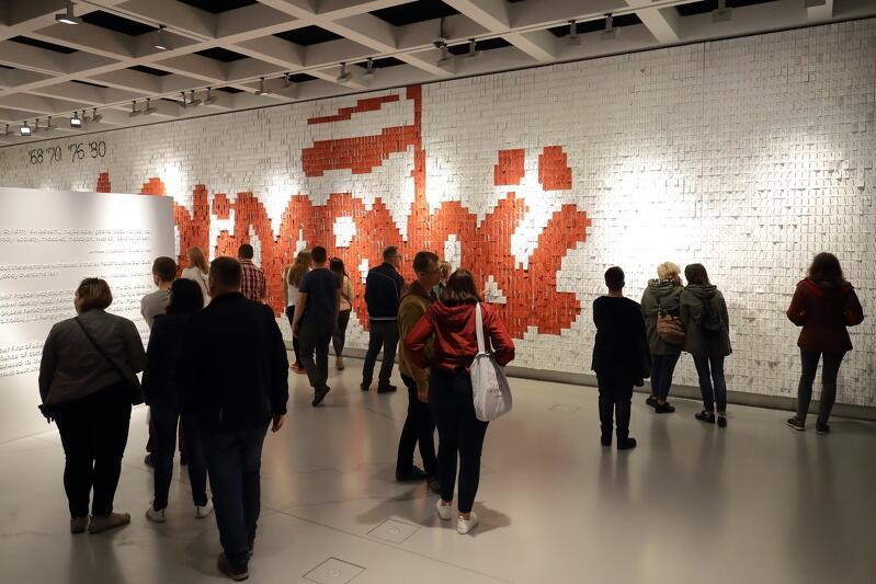 Zdjęcie z Nocy Muzeów w maju 2019 r. Europejskie Centrum Solidarności w Gdańsku to nie tylko wystawa stała, na której możemy się zapoznać z historią najnowszą - historią strajków '80 i powstania ruchu Solidarności. To jedna z najważniejszych instytucji kultury na Pomorzu, odpowiadająca za wiele dużych wydarzeń w Gdańsku