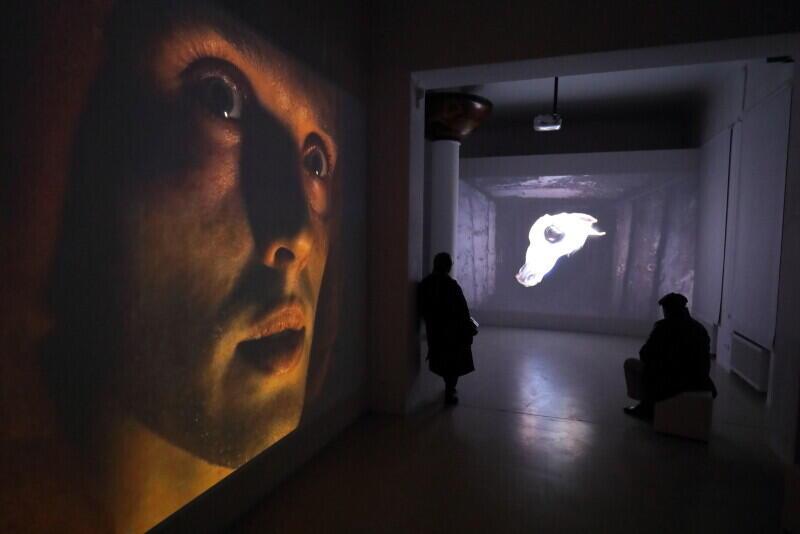 """Otwarcie wystawy """"The Demon's Brain"""" Agnieszki Polskiej w Gdańskiej Galerii Güntera Grassa. Jak można zobaczyć, artystka w swoich pracach posługuje się nowoczesnym, poetyckim językiem wizualnym"""