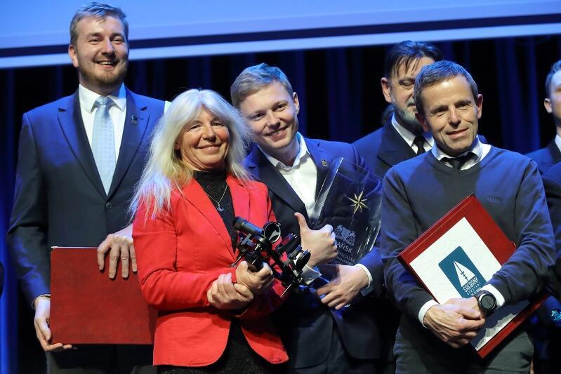 W środku Joanna Pajkowska; od l.: Maciej Sodkiewicz, Michał Weselak, Janusz Madej