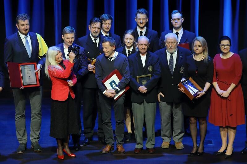 Laureaci (prawie) wszystkich wręczonych tego wieczoru w ECS żeglarskich nagród