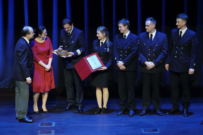 Nagroda specjalna Rejs Roku 2019 dla Rejsu Niepodległości `Daru Młodzieży` dookoła świata – odbiera Rafał Szymański, obok skromna reprezentacja liczącej w sumie blisko tysiąc osób załogi