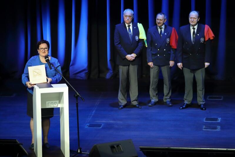 W setną rocznicę zaślubin Polski z Bałtykiem burmistrz Hanna Pruchniewska odbiera nagrodę Bractwa Kaphornowców dla Miasta Pucka