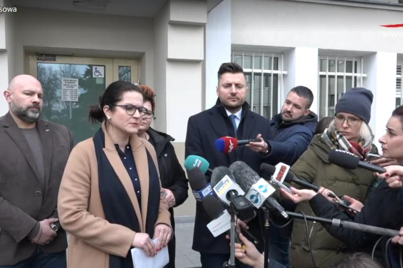Briefing odbył się pod gołym niebem, na dziedzińcu Urzędu Miejskiego w Gdańsku i wzbudził duże zainteresowanie dziennikarzy