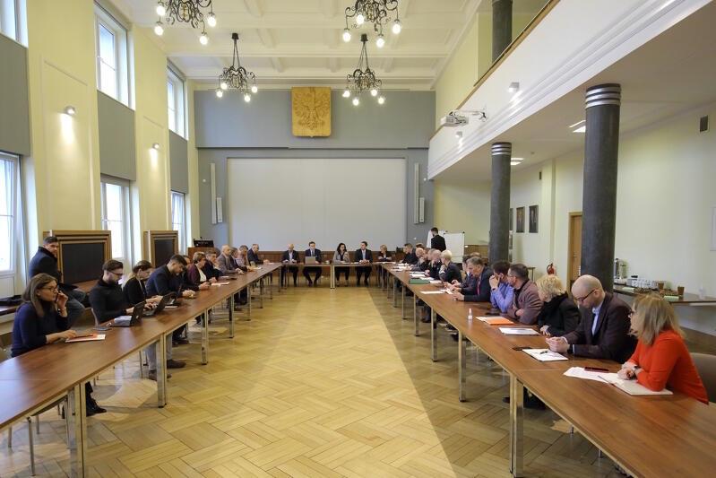 Władze Gdańska, zarządy miejskich spółek (m.in. ZTM, Gdańskich Nieruchomości, GIWK), urzędnicy i służby mundurowe regularnie spotykają się na zebraniach sztabu kryzysowego, by wymieniać się najświeższymi informacjami z miasta