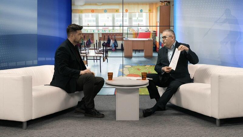 Od l. prowadzący program Roman Daszczyński oraz zastępca prezydent Gdańska Piotr Kowalczuk rozmawiają o sytuacji w szkołach