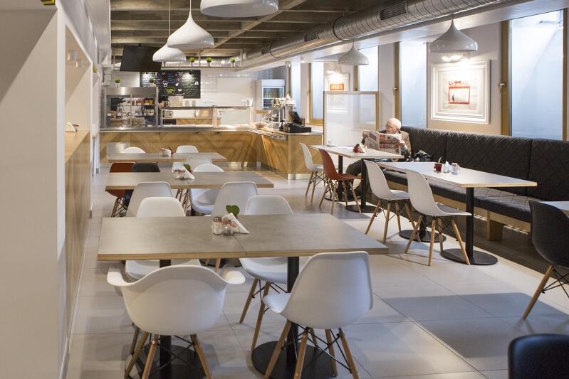 W związku z panującą pandemią koronawirusa od soboty restauracje i bary mogą przygotowywać dla klientów jedynie dania na wynos