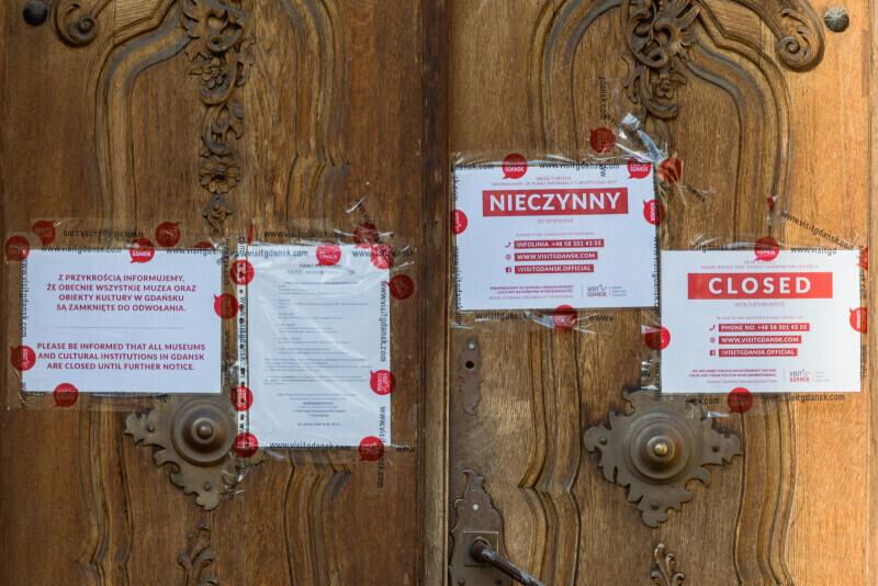 Ozdobne drzwi nieczynnego punktu informacyjnego Gdańskiej Organizacji Turystycznej przy Długim Targu