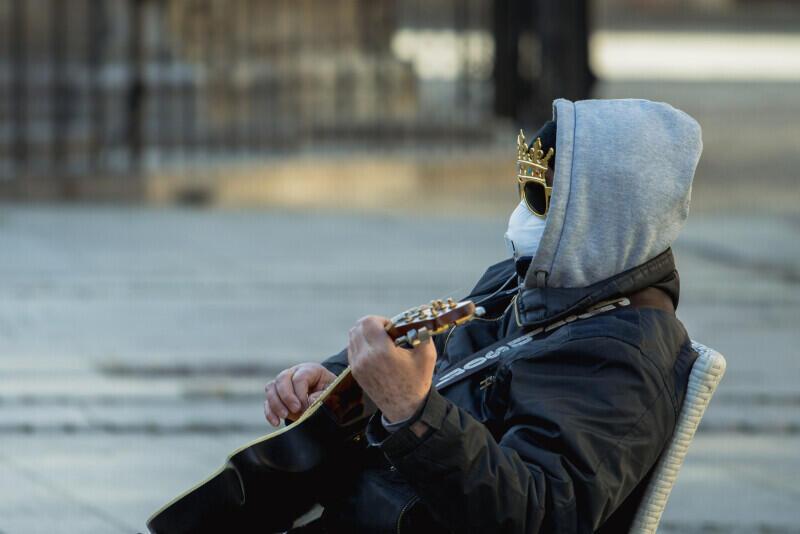 W czasach epidemii także uliczny grajek komentuje rzeczywistość - Długi Targ w Gdańsku