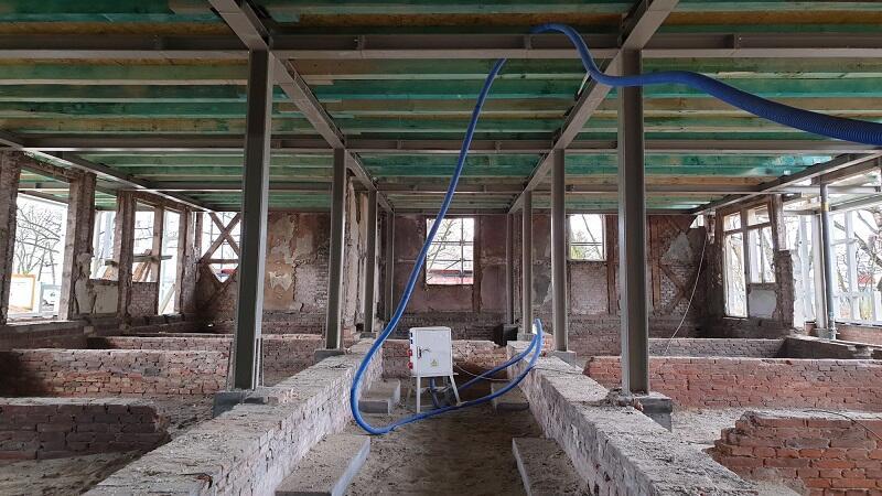 To element kluczowy dla zachowania statyki Domu Zdrojowego w Gdańsku Brzeźnie: zamontowano nową, stalową konstrukcję nośną - przejęła już obciążenia po starej, drewnianej