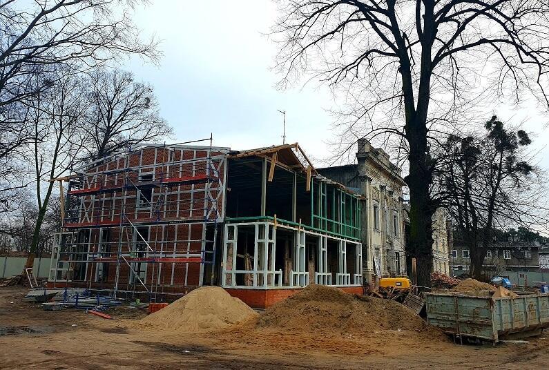 Luty 2020 r. - prace w Domu Zdrojowym w gdańskim Brzeźnie: aktualnie konserwacji poddawane są m.in. cegły i elementy drewniane na dwóch szachulcowych ścianach zewnętrznych, trwa montaż odnowionych werand