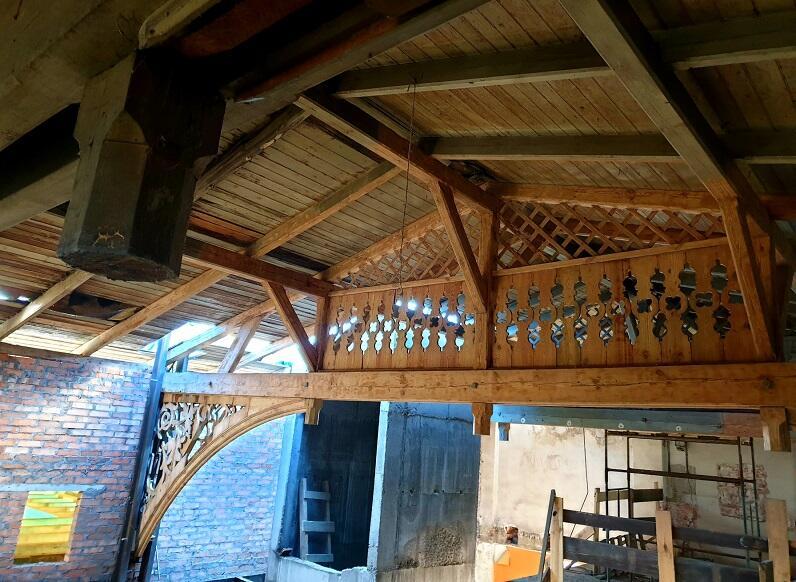 Oryginalne rzeźbione wiązary dachowe w głównym skrzydle Domu Zdrojowego w Gdańsku Brzeźnie są oczyszczane i konserwowane na miejscu