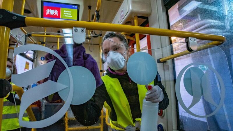Pojazdy komunikacji miejskiej w Gdańsku są myte codziennie, pracownicy (obecnie zakładający dodatkowo maseczki na twarz) czyszczą poręcze, uchwyty i przyciski, krzesełka, szyby i obudowę pojazdów