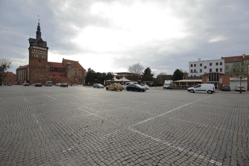 Zazwyczaj zapełniony samochodami, tym razem niemal pusty - parking na Targu Węglowym