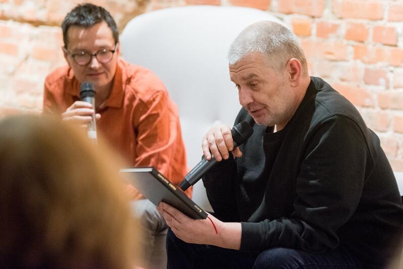 Marcin Świetlicki na spotkaniu w Sztuce Wyboru. Rozmowę z artystą prowadził Rafał Księżyk