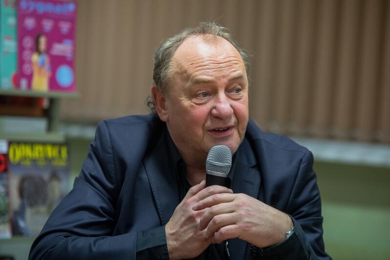 Janusz L. Wiśniewski jest naukowcem - chemikiem i informatykiem, a o związkach pisze ze znawstwem