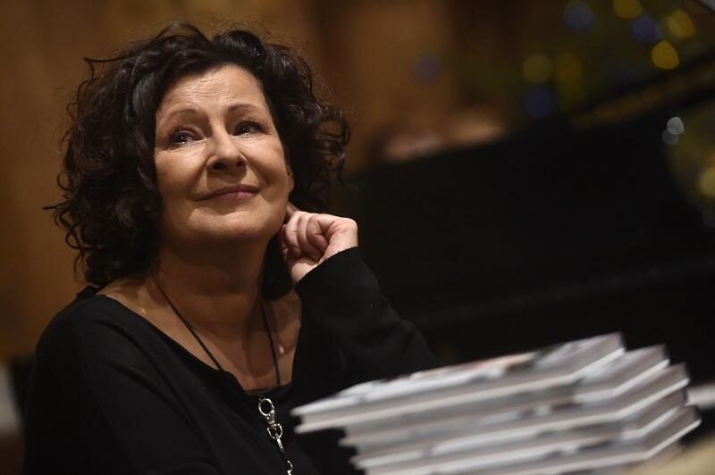 Dorota Kolak - aktorka teatralna i telewizyjna, wykładowca akademicki, asystentka reżysera. Ma w dorobku ponad 100 ról teatralnych, 20 filmowych i 15 serialowych