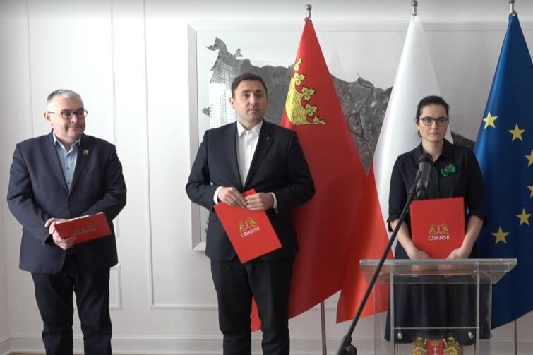 Wirtualna konferencja po posiedzeniu sztabu zarządzania kryzysowego z udziałem prezydent Gdańska i jej zastępców. Od lewej: Piotr Kowalczuk, Piotr Borawski i Aleksandra Dulkiewicz