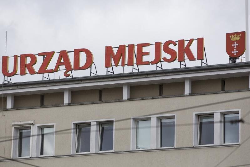 Urząd Miejski w Gdańsku pracuje, ale jest zamknięty dla klientów z powodu ograniczeń wprowadzonych w całym kraju przez służby sanitarne. Wiele spraw można załatwić on-line, jednak część musi poczekać do czasu, gdy epidemia koronowirusa stanie się mniej groźna