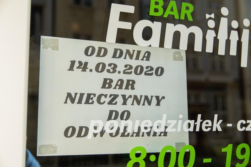 Gastronomia to jedna z pierwszych branż, w którą uderzył kryzys związany z epidemią koronawirusa - nz. witryna jednego z lokali w Gdańsku