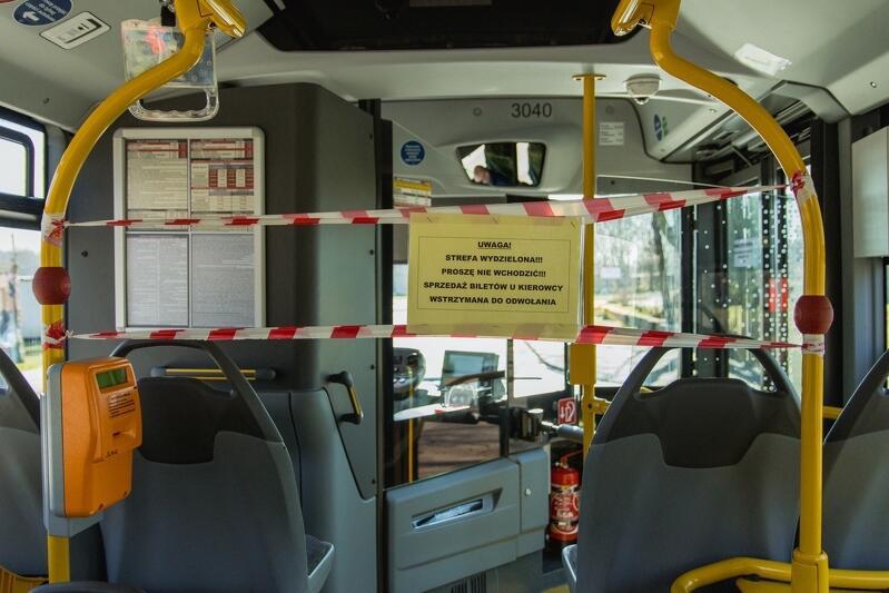 Informacja o wydzielonej strefie i taśmy nie wszystkich powstrzymały przed próbą zajęcia siedzenia w pierwszym rzędzie autobusu...
