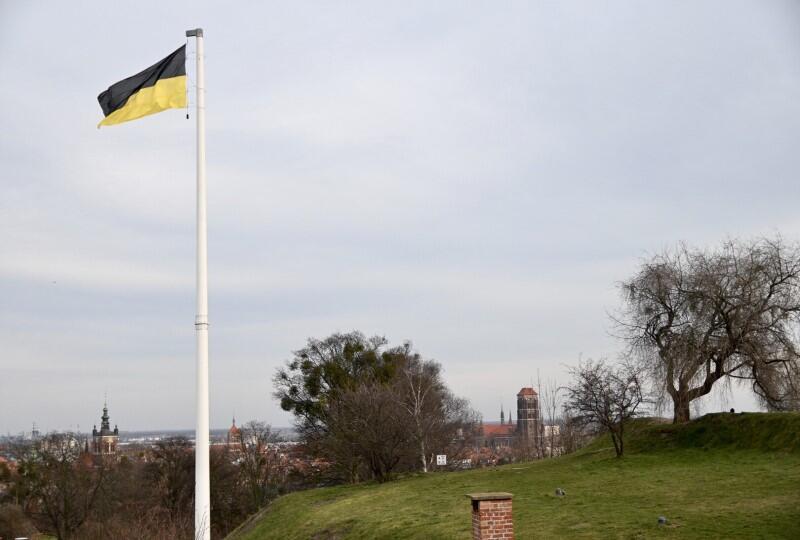Flaga kaszubska powiewa na Górze Gradowej na znak Święta Jedności Kaszubów obchodzonego 19 marca