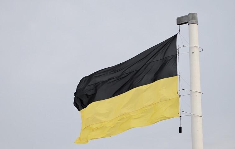 Flaga kaszubska ma kształt dwóch poziomych pasów – górny ma barwę czarną (barwa godła), dolny – żółtą (kolor żółty oddaje złotą barwę tarczy herbowej). Jeśli na płachcie płótna występuje godło (czarny gryf w koronie), to płótno ma kolor żółty