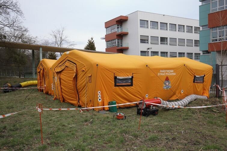 Jedna ze zmian w pejzażu miasta, spowodownych epidemią koronowirusa - namioty sanitarne przy Pomorskim Centrum Chorób Zakaźnych i Gruźlicy w Gdańsku