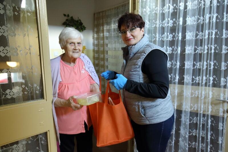 Barbara Klaus (po lewej) to 82-letnia seniorka, która z obawy przed koronawirusem od tygodnia nie wychodzi z domu. Wolontariusze z Rady Dzielnicy Zaspy Młyniec, w tym przewodnicząca Agnieszka Wierzbicka (na zdjęciu) pomagają seniorom w tym czasie, np. dowożąc obiady