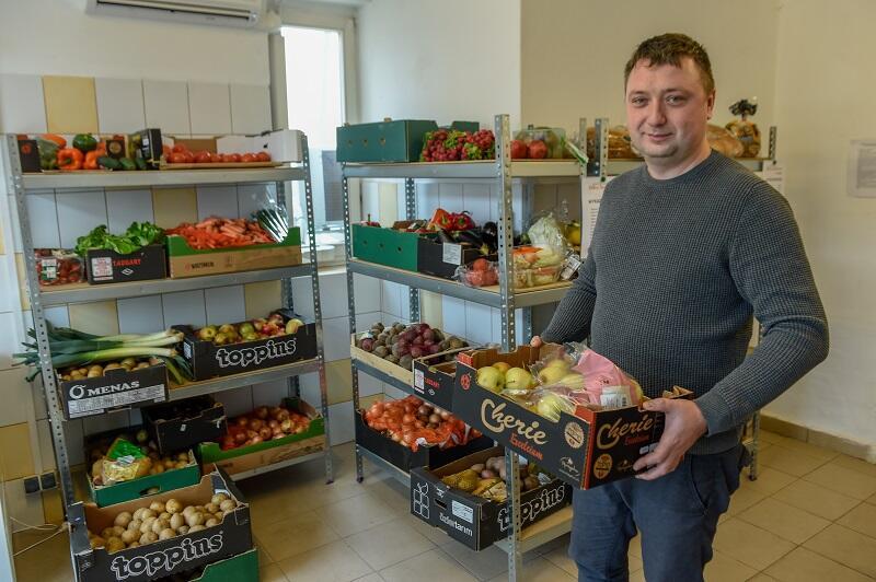 Michał Chabel prezes zarządu Banku Żywności w Trójmieście, tu w sklepie społecznym organizacji w Nowym Porcie