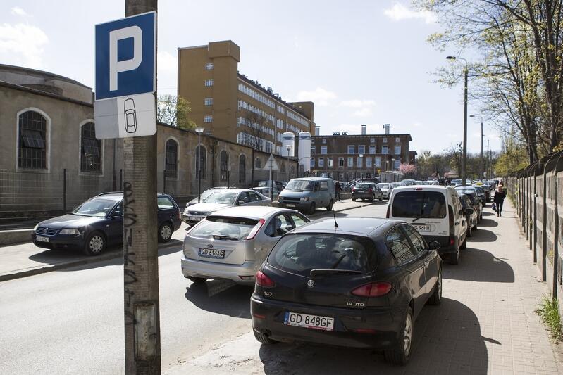 Okolice Szpitala UCK. Parkujące samochody przy ul. Smoluchowskiego