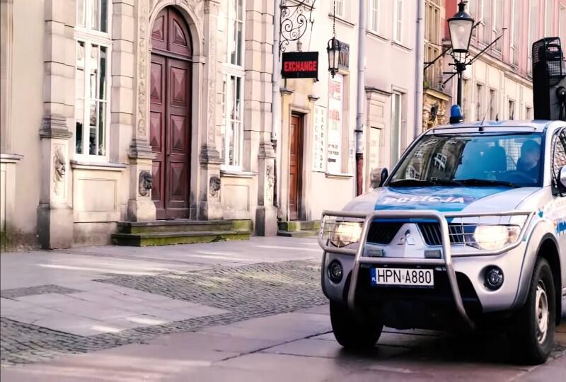 W Gdańsku patrole policji przypominały o obowiązkach obywateli podczas ogłoszonego stanu epidemii