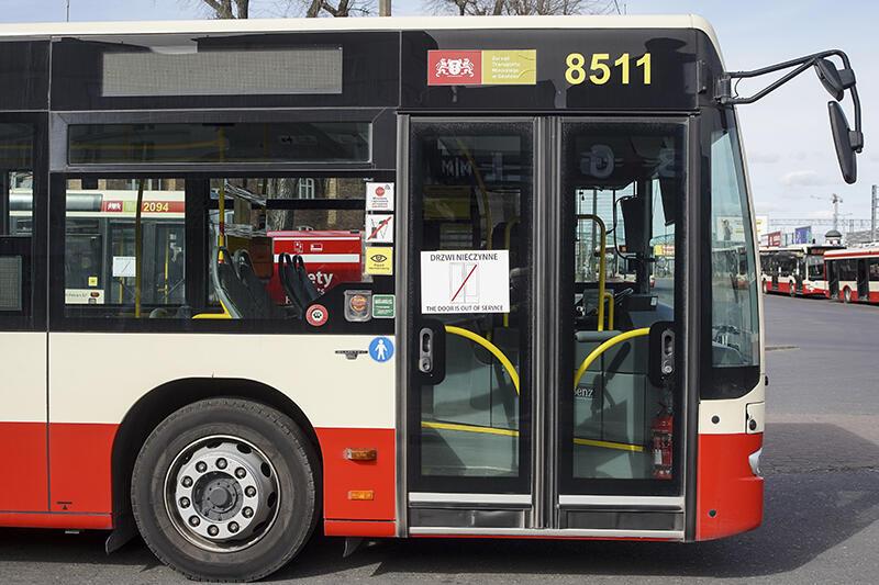 Ze względów bezpieczeństwa spowodowanych epidemią koronawirusa przednie drzwi w pojazdach komunikacji miejskiej są wyłączone z użytkowania dla pasażerów