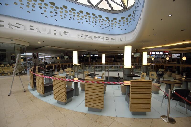16.03.2020. Rząd zamyka większość sklepów w galeriach handlowych. Przy gdańskich szpitalach pojawiają się nowe elementy krajobrazu miejskiego