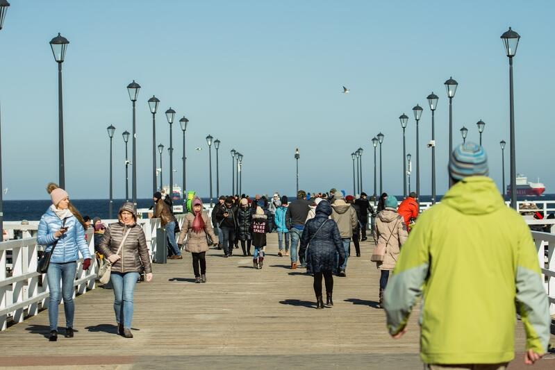 21.03.2020. Weekendowe spacery nad morzem, a dokładniej - molo w Brzeźnie. Tydzień temu (zdjęcie niżej) było jeszcze tłoczno tak samo jak w marketach. Jednak wystarczyło kilka dni, by ogłoszony przez władze państwowe stan epidemii zmienił zachowania gdańszczan. Zdecydowana większość z nas wzięła sobie do serca przesłanie akcji #zostańwdomu (zdjęcie wyżej)