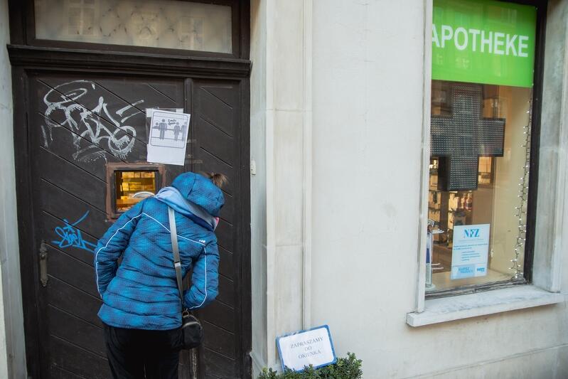 15.03.2020. Wszyscy obawiamy się zakażenia. Bary są nieczynne, Śródmieście opustoszało. Pojawiły się nietypowe ograniczenia, jak np. sprzedaż w aptekach tylko przez okienko w drzwiach wejściowych.