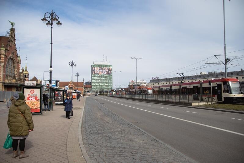 20.03.2020. Piątek, o godz. 11 ruch pod dworcem Gdańsk Gł. jak w sobotę o godz. 5 rano