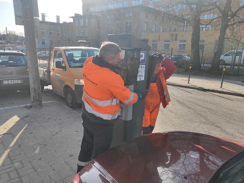 Pracownicy Gdańskiego Zarządu Dróg i Zieleni demontują parkometr w Strefie Płatnego Parkowania wokół Uniwersyteckiego Centrum Klinicznego. Zawieszenie strefy ma na celu ułatwienie pracy większej liczbie personelu medycznego, lekarzy i pielęgniarek