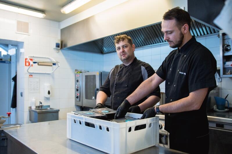 Pracownicy restauracji So Eat z przyjemnością przyszli do pracy w poniedziałek 23 marca. Liczą, że znajdą się kolejne firmy, które zechcą opłacić obiady dla medyków i tym samym pomogą im utrzymać stanowiska pracy