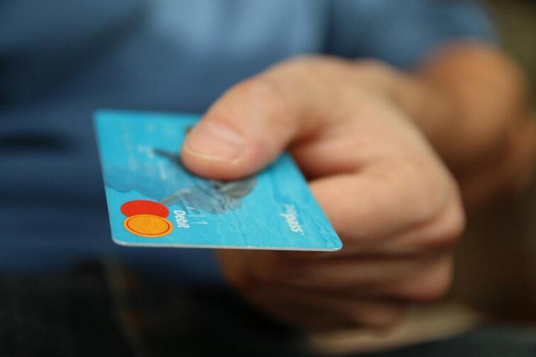 W czasie walki z pandemią koronawirusa bezpieczniejszym rozwiązaniem mogą być płatności bezdotykowe - kartą płatniczą albo telefonem. Jeśli jednak zdecydujemy się używać gotówki, ważne, by po przeprowadzeniu transakcji dokładnie umyć ręce