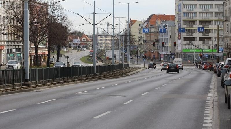 Opustoszałe ulice Gdańska nikogo już nie dziwią. Po ogłoszeniu zagrożenia epidemicznego na obszarze Polski i apelach o pozostanie w domach, ruch samochodowy zmalał. Na zdjęciu Aleja Grunwaldzka w poniedziałek, 16 marca, o godz. 11.11